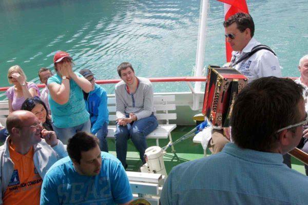 Marc Pircher spielt den BewohnerInnen am Achenseeschiff ein Ständchen.