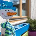 Ein Schneemann aus Pappe auf der Terasse des WIR-Hauses in Mils