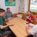 Bewohner und Betreuer beim Kartenspielen im WIR Haus in Tulfes