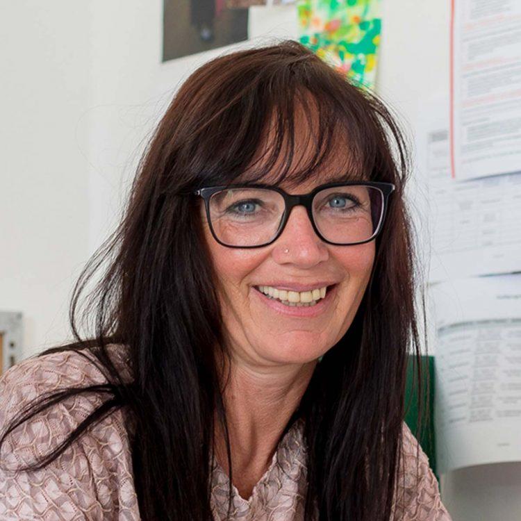 Evi Absam ist Mitarbeiterin des Vereins WIR