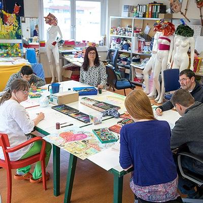 Klienten beim Malen im Kunstraum