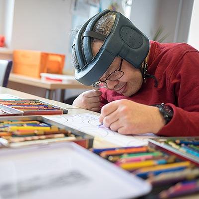 Xaver, Klient des Vereins WIR, beim Malen