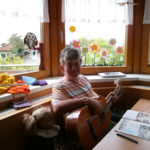 Bewohnerin Haus Tulfes spielt Gitarre
