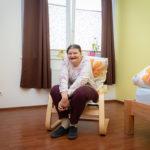 Helga zeigt stolz ihr Zimmer im Wohnhaus Fritzens