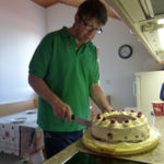 Bewohner schneidet im Haus Tulfes eine Torte an.