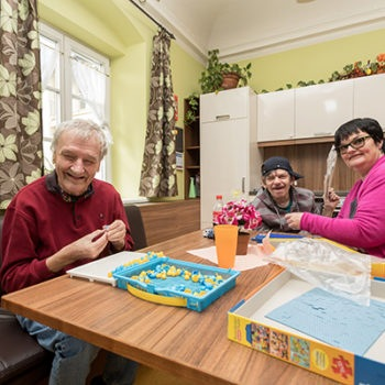 Zusammensitzen in Wohnhaus für Menschen mit Behinderung